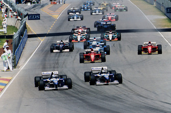 Damon Hill lidera a su compañero de equipo David Coulthard, Williams FW17B Renault, inicio de carrera