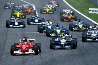 Michael Schumacher, Ferrari, devant Ralf Schumacher, Williams BMW FW24, et Juan Pablo Montoya, Williams BMW FW24, au départ de la course