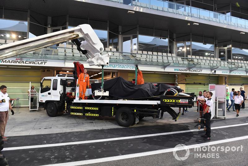 El coche de Kimi Raikkonen, Sauber C37 es regresado hasta los boxes