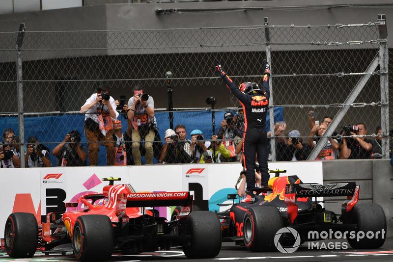 El ganador de la carrera Max Verstappen, Red Bull Racing RB14 celebra en el Parc Ferme