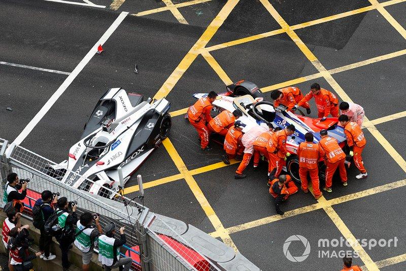 Oficiales trabajan para mover el auto de Pascal Wehrlein, Mahindra Racing, M5 Electro.