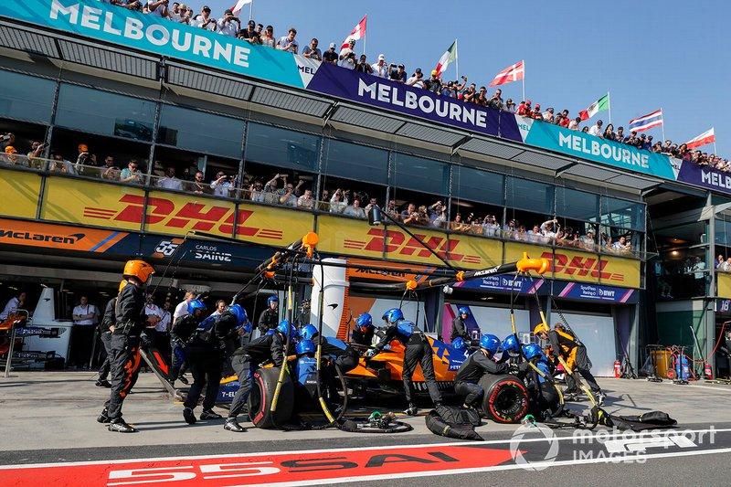 Lando Norris, McLaren MCL34, s'arrête au stand
