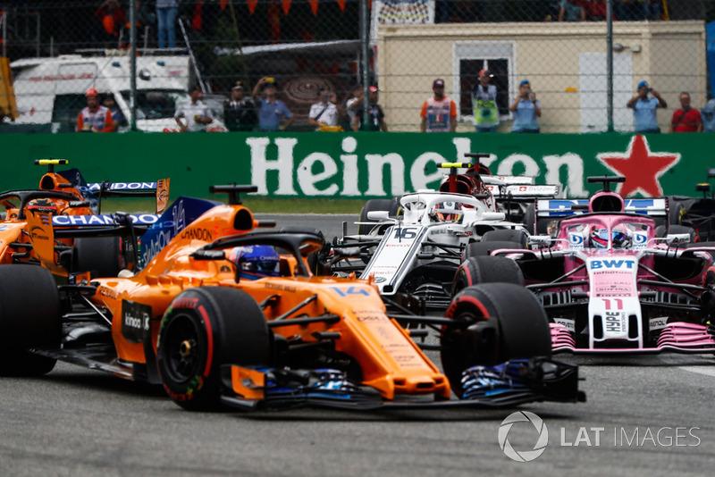 Fernando Alonso, McLaren MCL33, Sergio Perez, Racing Point Force India VJM11, Stoffel Vandoorne, McLaren MCL33, y Charles Leclerc, Sauber C37
