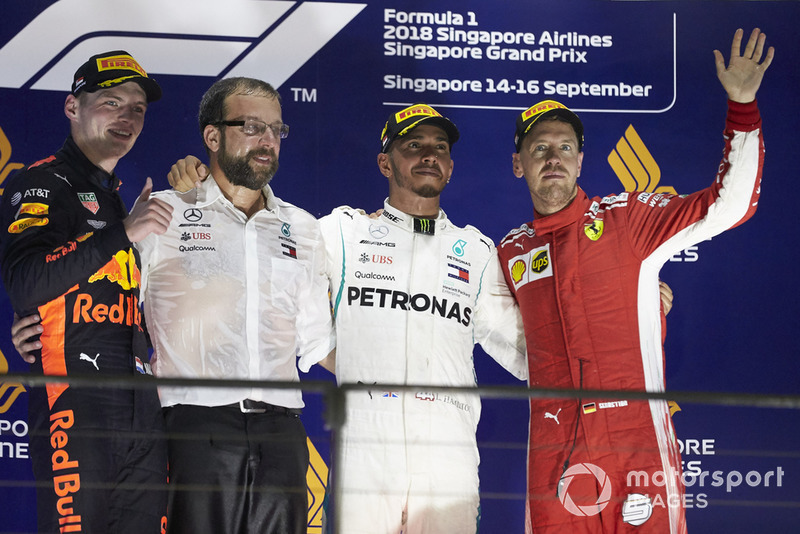 Подіум: Макс Ферстаппен, Red Bull Racing, друге місце, представник Mercedes Constructors Trophy, Льюіс Хемілтон, Mercedes AMG F1, переможець, Себастьян Феттель, Ferrari, третє місце