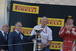 Dr Helmut Marko, a Red Bull Motorsport tanácsadója ünnepel a pódiumon