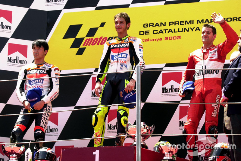 Podio: 1º Valentino Rossi, 2º Tohru Ukawa, 3º Carlos Checa