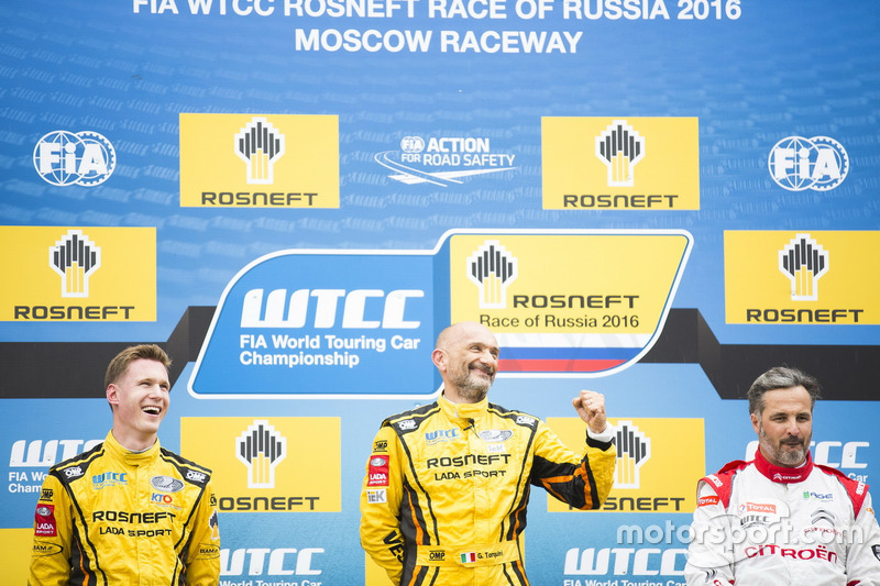 Podium: Sieger Gabriele Tarquini, LADA Sport Rosneft, Lada Vesta; 2. Nicky Catsburg, LADA Sport Rosneft, Lada Vesta; 3. Yvan Muller, Citroën World Touring Car Team, Citroën C-Elysée WTCC