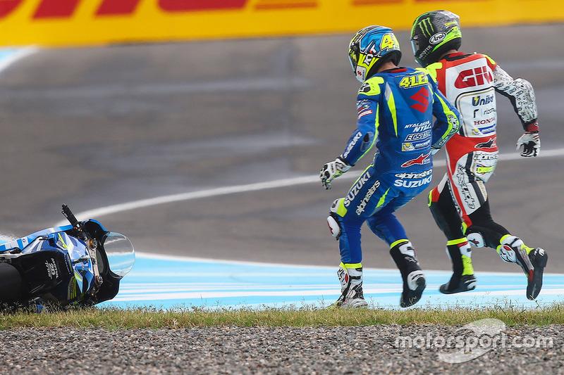 Aleix Espargaro, Team Suzuki MotoGP, Cal Crutchlow, Team LCR Honda choque