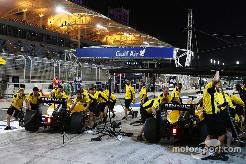 Kevin Magnussen, Renault Sport F1 Team RS16 y Jolyon Palmer, Renault Sport F1 Team RS16 in the pits