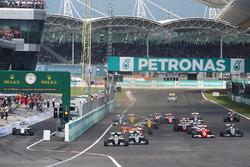 Lewis Hamilton, Mercedes AMG F1 W07 Hybrid líder al inicio de la carrera