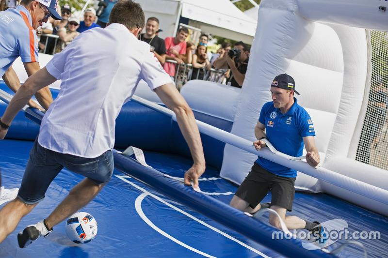 Sébastien Ogier, Jari-Matti Latvala, Volkswagen Motorsport, giocano con un calcetto a grandezza naturale