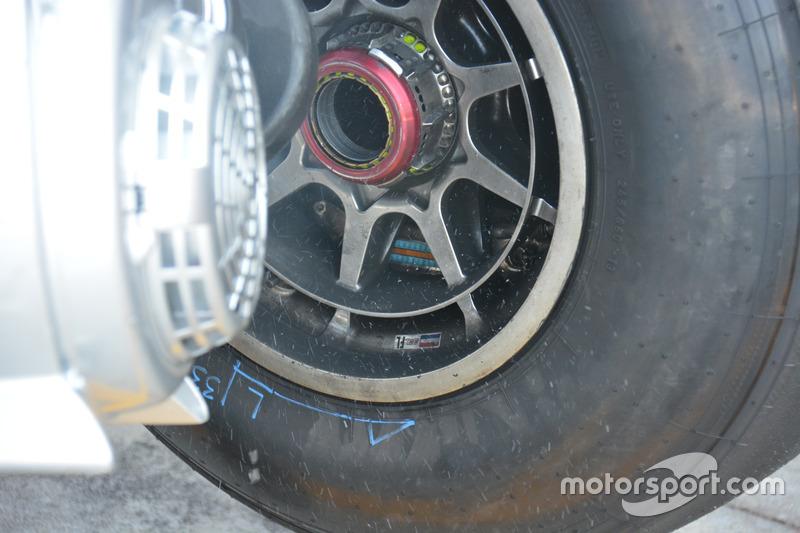 Red Bull Racing RB12, cerchione e mozzo forato
