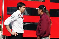 Toto Wolff, Mercedes AMG F1 accionista y Director Ejecutivo, con Gerhard Berger