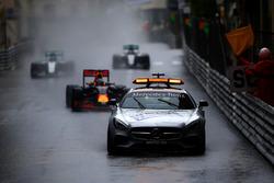 Автомобиль безопасности, следом за которым Даниэль Риккардо, Red Bull Racing, Нико Росберг, Mercedes, Льюис Хэмилтон, Mercedes и Себастьян Феттель, Ferrari