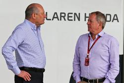 Ron Dennis, Presidente Ejecutivo de McLaren con Martin Brundle, comentarista de deportes del cielo