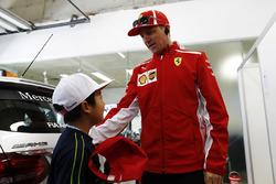 Kimi Raikkonen, Ferrari, incontra un bambino cinese