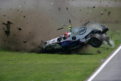 Robert Kubica, BMW Sauber F1.07, choca fuertemente durante la carrera