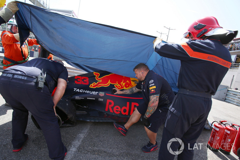 Oficiales recupera el coche accidentado de Max Verstappen, Red Bull Racing RB14