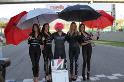 Luca Raggi con le grid girls