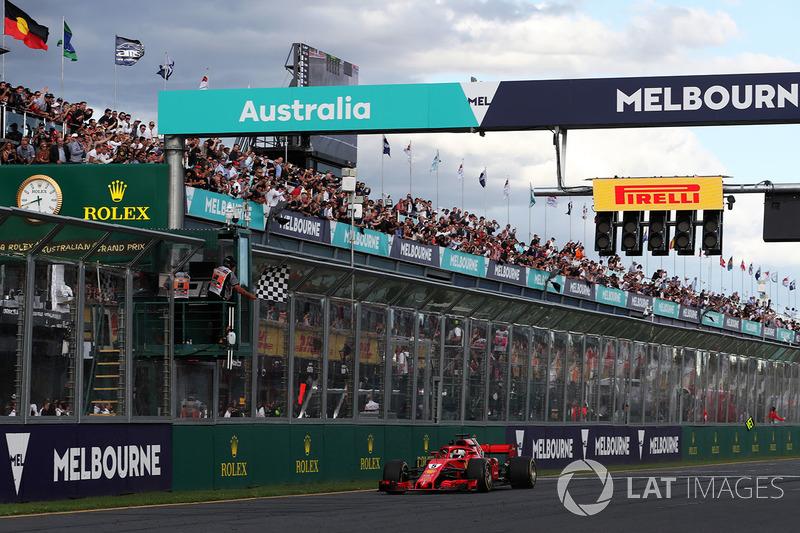 Vettel ve Ferrari galibiyeti kutluyor