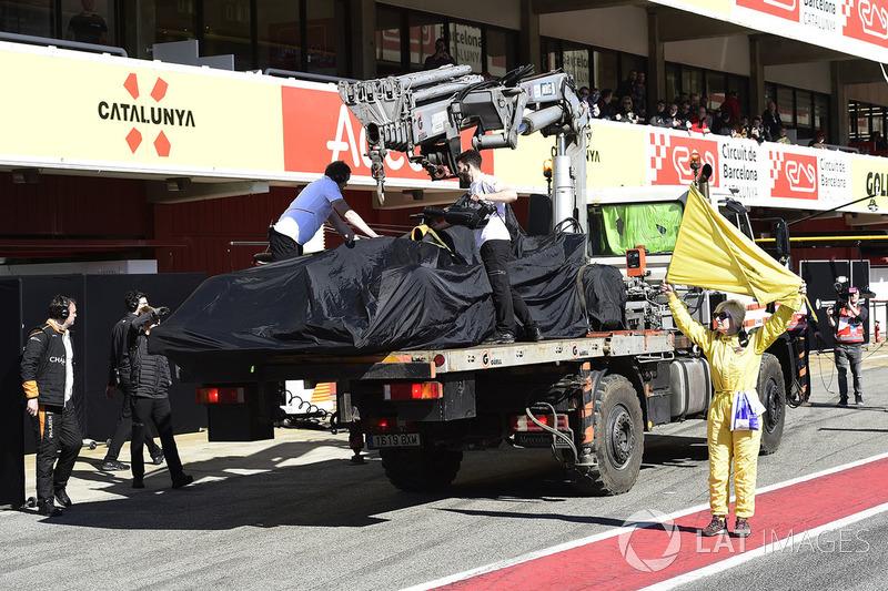 El coche de Fernando Alonso, McLaren MCL33 volviendo a boxes en grua