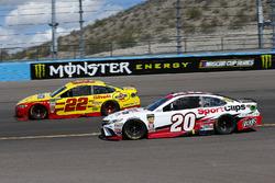 Joey Logano, Team Penske, Ford Fusion Pennzoil ed Erik Jones, Joe Gibbs Racing, Toyota Camry Sport Clips