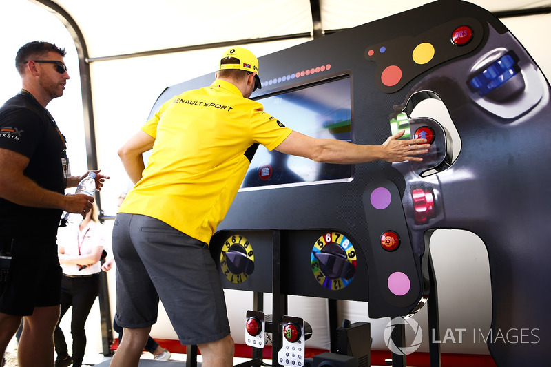Nico Hulkenberg, Renault Sport F1 Team, esegue un test di reazione
