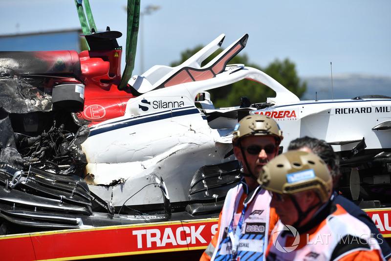 La monoposto incidentata di Marcus Ericsson, Sauber C37, viene recuperata nelle FP1