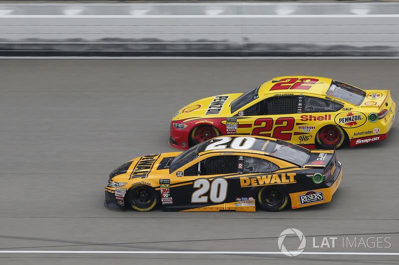 Erik Jones, Joe Gibbs Racing, Toyota Camry DeWalt Joey Logano, Team Penske, Ford Fusion Shell Pennzo