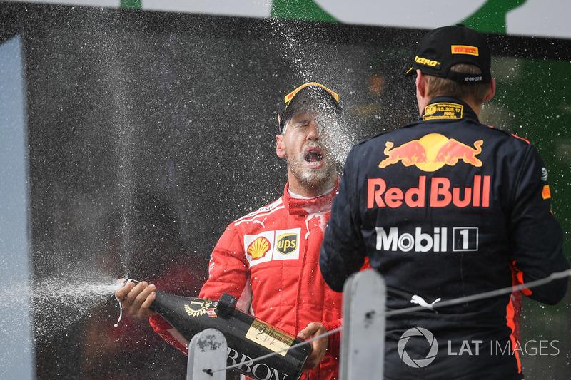 Il vincitore della gara Sebastian Vettel, Ferrari e Max Verstappen, Red Bull Racing festeggiano sul podio con lo Champagne