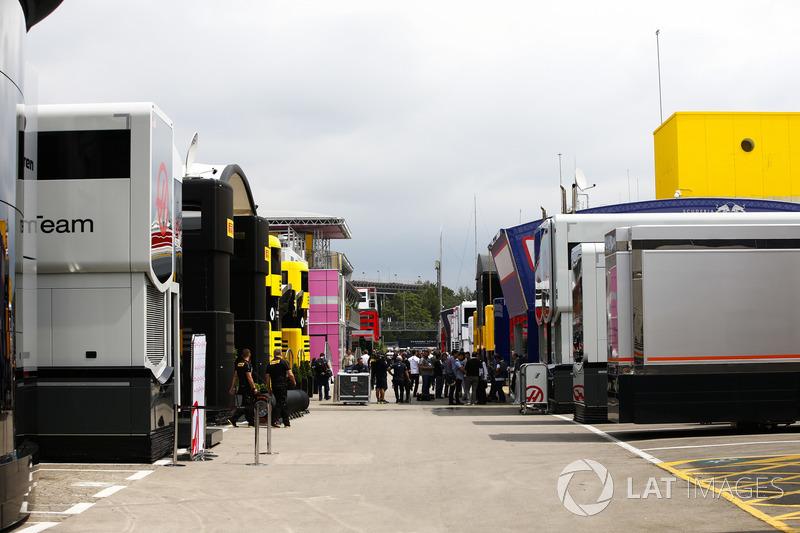 Una vista panorámica de los transportistas y autocaravanas en el paddock