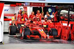 La monoposto del ritirato Kimi Raikkonen, Ferrari SF71H nel garage