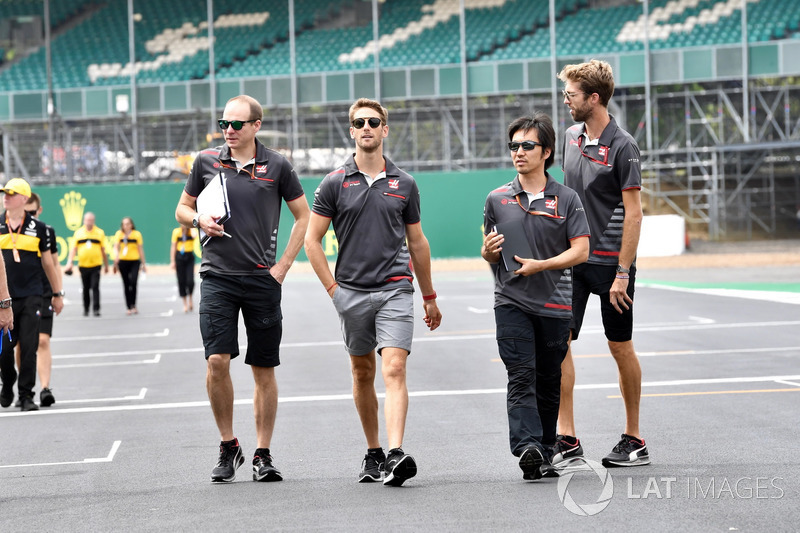 Romain Grosjean, Haas F1, cammina lungo il circuito