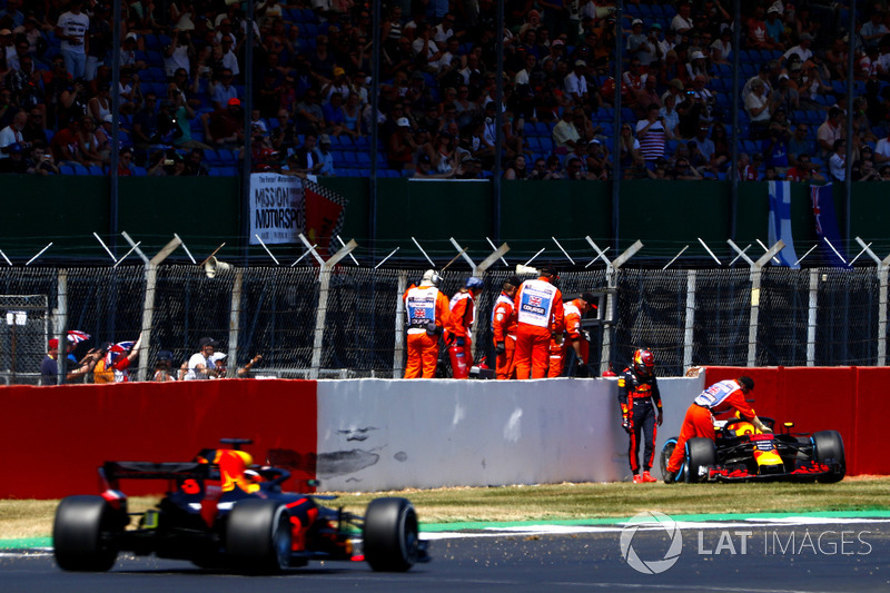 Max Verstappen, Red Bull Racing RB14, après son accident, regarde passer Daniel Ricciardo, Red Bull Racing RB14