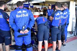 Toro Rosso revisa el auto de Pierre Gasly, Scuderia Toro Rosso STR13