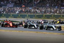 Valtteri Bottas, Mercedes AMG F1 W09, lidera a Lewis Hamilton, Mercedes AMG F1 W09, Kimi Raikkonen, Ferrari SF71H, al inicio de la carrera