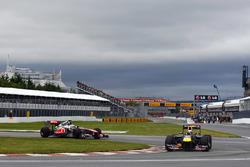 Sebastian Vettel, Red Bull Racing RB7 lidera a Jenson Button, McLaren MP4-26