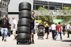 Miembro del equipo Sauber, neumáticos en el paddock