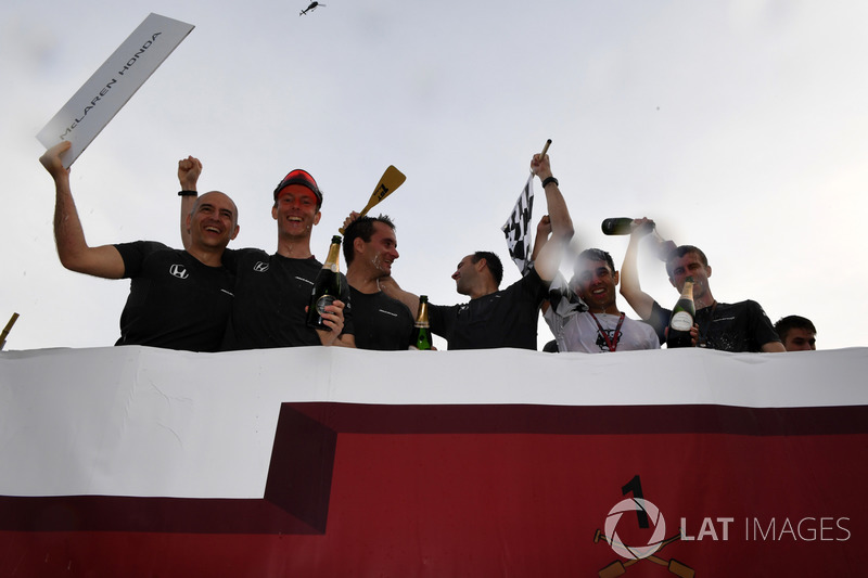 McLaren, Scuderia Toro Rosso і Sauber у гонці на плотах