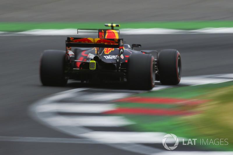 Vuelan chispas desde el coche de Max Verstappen, Red Bull Racing RB13