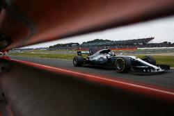 Валттери Боттас, Mercedes AMG F1 W08, и Стоффель Вандорн, McLaren MCL32