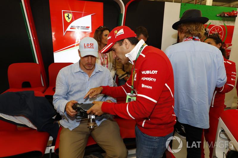 Marc Gene explica al actor Woody Harrelson las funciones de un volante de Ferrari, mientras Owen Wi