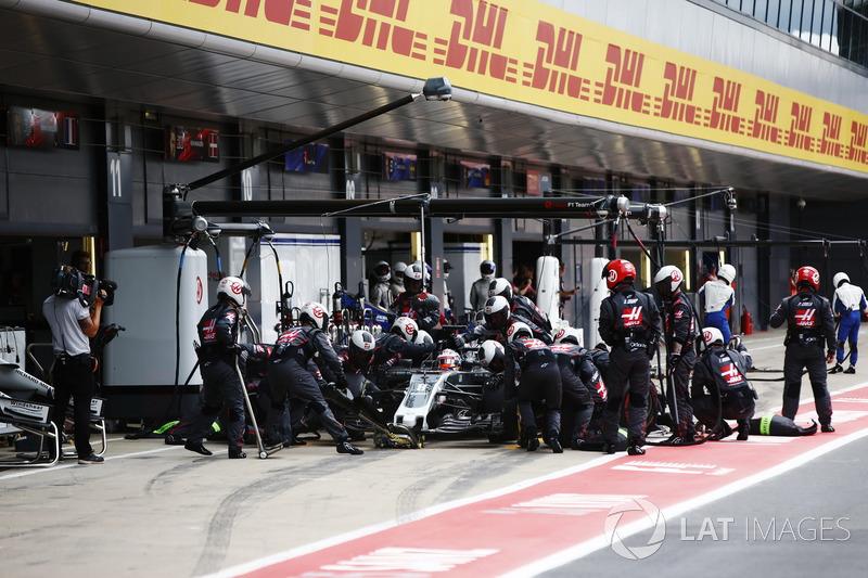 Romain Grosjean, Haas F1 Team VF-17, pit stop
