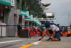 Williams mechanic marks out the pit box