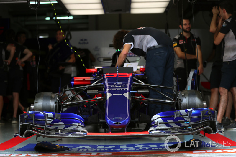 Scuderia Toro Rosso STR12 nose and front wing detail