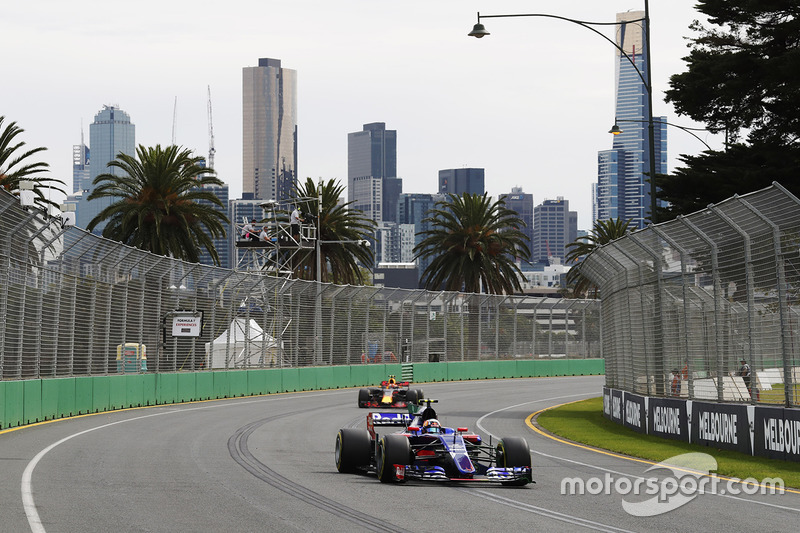 Carlos Sainz Jr., Scuderia Toro Rosso STR12; Max Verstappen, Red Bull Racing RB13