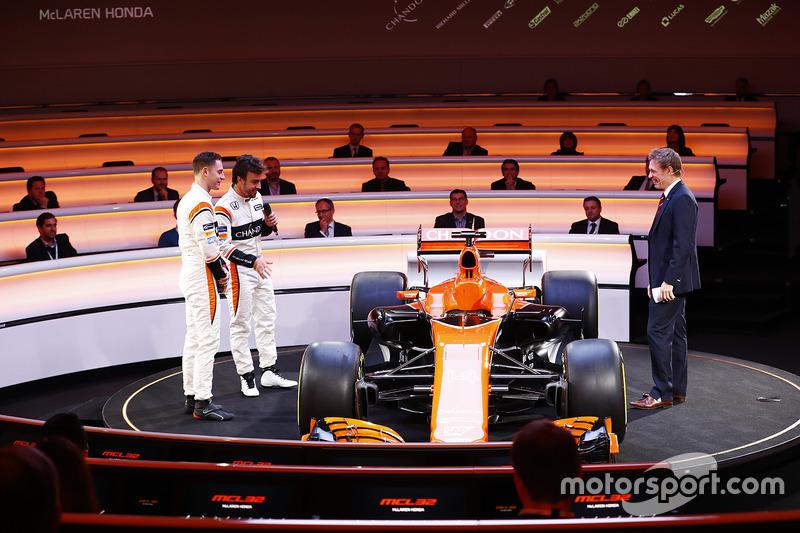 Fernando Alonso, Stoffel Vandoorne und Simon Lazenby mit dem McLaren MCL32
