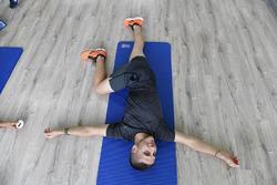Андреа Мінго показує вправу зі стрейчінгу