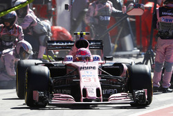 Esteban Ocon, Force India F1 VJM10, pitstop