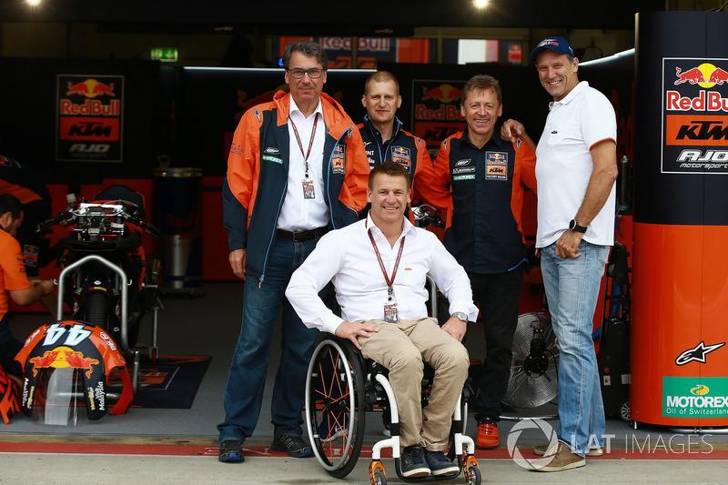 Акі Айо, колишній гонщик, Штефан Пірер, директор KTM, Піт Байєр, керівник заводського гоночного підрозділу KTM, Майк Лейтнер, керівник проекту Red Bull KTM Factory